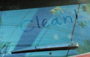 czym czyścić szyby w samochodzie
